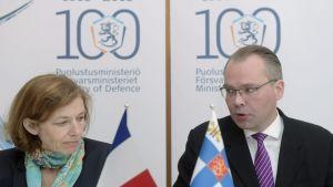 Försvarsministrarna Florence Parly och Jussi Niinistö.