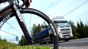 Landsväg och cykelväg möts.