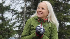 Kaisa Mäkäräinen småler och ser lite frusen ut.