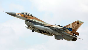 Fyra israeliska F-16 plan angrep på måndag kväll den syriska provinsen Latakia, samtidigt som ett ryskt militärplan försvann ur radarn över Medelhavet