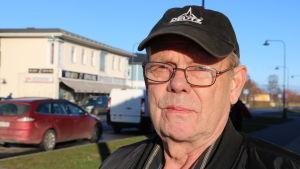En medelålders man med keps och glasögon.
