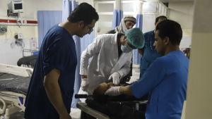 Läkare och patient i Kabul.