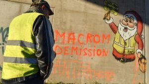 Demonstrant iklädd gul väst, nära en vägblockad i samband med en demonstration mot höjda levnadskostnader. I närheten av Montpellier den 11 december 2018.