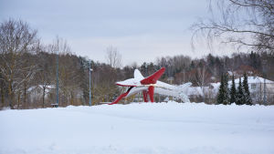 Skulpturrutschbana i Centralparken i Pargas.