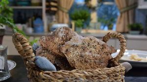 Leipäkori jossa valmiiksi paistettua Strömsön zombienäkkileipää