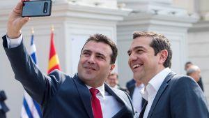 Zoran Zaev  tar en selfie med Alexis Tsipras i Skopje