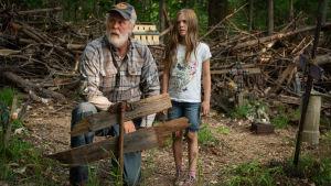 Grannen visar djurkyrkogården för åttaåriga Ellie.