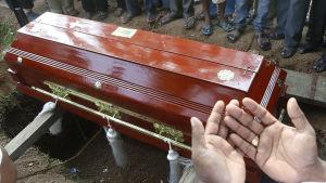 Begravning av offer för terrordåden i Sri Lanka.