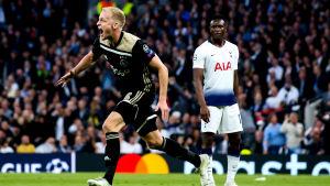 Donny van de Beek firar ett mål han gjort mot Tottenham.