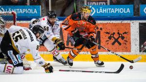 Atte Ohtamaa och Jani Hakanpää försvarar mot Teemu Turunen.