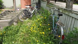 Cyklar parkerade på gård i Åbo