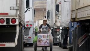En glassförsäljare vid gränsstationen i Tijuana, Mexiko, där flera hundra lastbilar väntade på att få komma in i Kalifornien på tisdagen.