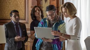 Charlotte (Charlize Theron) omgiven av Fred (Seth Rogen), Tom (Ravi Patel) och Maggie (June Diane Raphael)