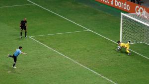 Perus målvakt räddar Luis Suarez straff