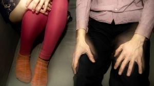 En man och en flicka sitter på en soffa.