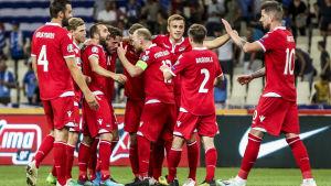 Liechtensteins spelare firar efter skrällkrysset.