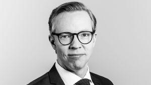 Svartvit porträttfoto av Markus Lindqvist.