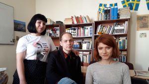 Trion i klassrummet för svenskaundervisng.