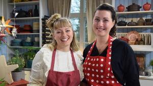 Porträtt av tv-programmet Strömsös programledare Elin Skagersten-Ström tillsammans med den kvinnliga gästen Nathalie Aurén som är matkreatör och matskribent.
