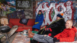 Egenlandin ohjelmajuontajat Nicke Aldén, Hannamari Hoikkala ja oululainen kulttuurivaikuttaja Paavo J. Heinonen.