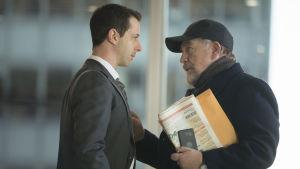 Sonen Kendall Roy och pappa Logan Roy i serien Succession grälar på kontoret.