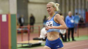 Camilla Richardsson grimaserar då hon springer över mållinjen.