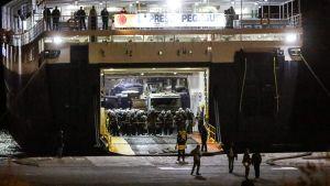 Kravallpolis och byggmaskiner tog i land på Lesbos under efternatten på tisdagen.