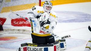 Joel Blomqvist räddar ett skott.