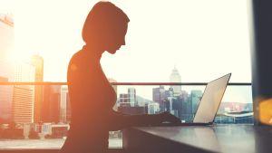 Kvinna vid dator.