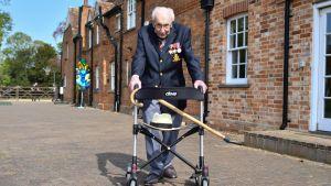 Den brittiska krigsveteranen Tom Moore promenerar med sin rollator