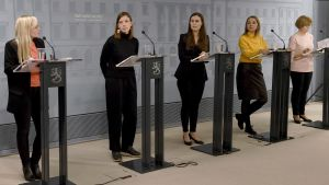 Regeringspartiernas ledare under en presskonferens den 30 mars 2020. Från höger: Maria Ohisalo (De gröna), Li Andersson (Vänsterförbundet), statsminister Sanna Marin (SDP), Katri Kulmuni (Centern, Anna-Maja Henriksson (SFP).