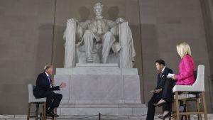 Trump utfrågades intill statyn till minne av president Abraham Lincoln.
