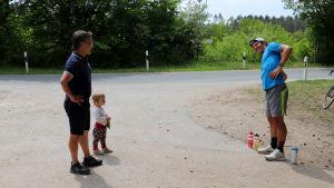 På grund av coronakrisen håller tränaren Bennie Lindberg avstånd till idrottarna han ger träningsråd åt