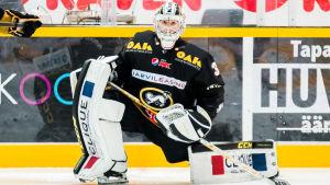 Målvakten Joel Blomqvist stretchar