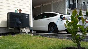 Kuvassa on Tesla-sähköauto latauksessa.