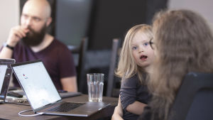 Vas Zayarskiy ja Anastasia Diudina pöydän ääressä tytär sylissän.