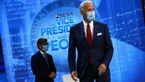 Utfrågningen av Joe Biden på ABC modererades av George Stephanopoulos ( i bakgrunden).