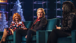Irina, Pepe Willberg ja Diandra Elämäni Biisi -sohvalla.