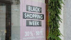 Skyltfönster med reklam för försäljningsjippot Black Friday.