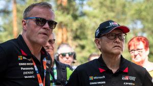 Tommi Mäkinen och Akio Toyoda följer det finska VM-rallyt 2018.