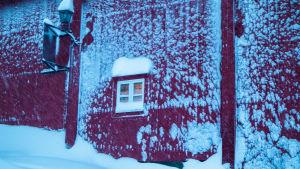 Hus intäkt i snö.