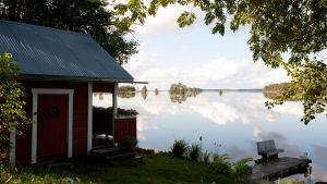 En sommarstuga vid vattnet.