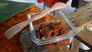 Annos suklaista papupataa  pöydällä ulkona