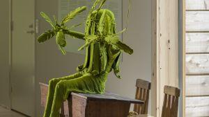 Skulptur av grön mossflicka av Kim Simonsson