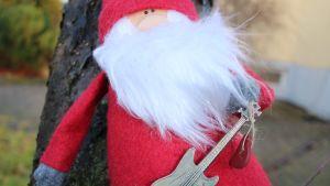 Julgubbe med basgitarr