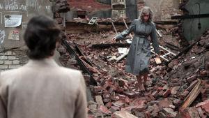 Nina Kunzendorfs Lene står framför ruinerna av det som var Nina Hoss´rollgestalts hem.