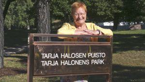 President Tarja Halonen står i sin park.