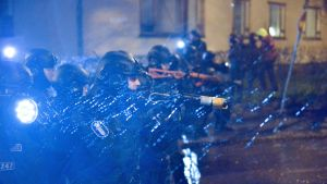 Polisen hindrar demonstranter i Tölö.