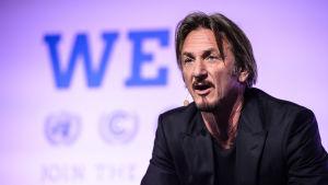 Sean Penn talar på klimatkonferensen i Paris 5.12.2015