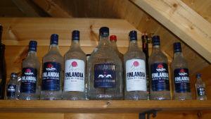 Tapio Wirkkalan suunnittelemia Finlandia votkapulloja